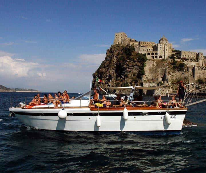 barca per la gita mediterranea di ischia