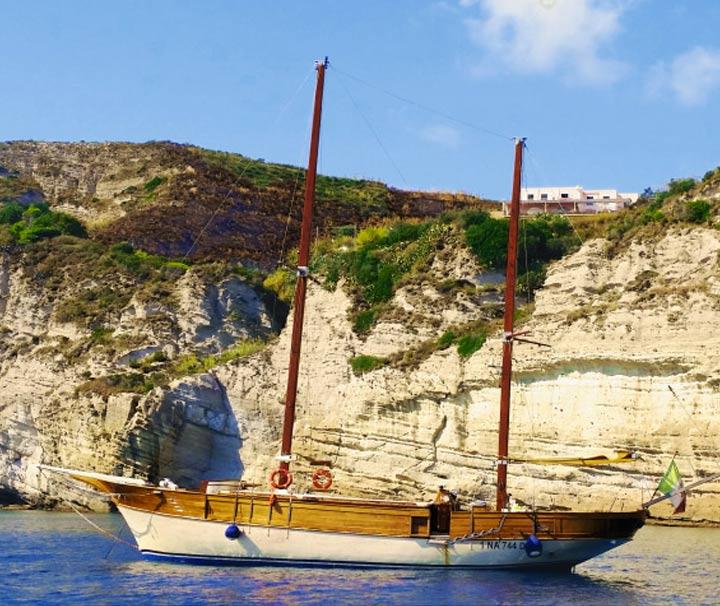 goletta joya per il giro dell'isola di ischia con pranzo a bordo